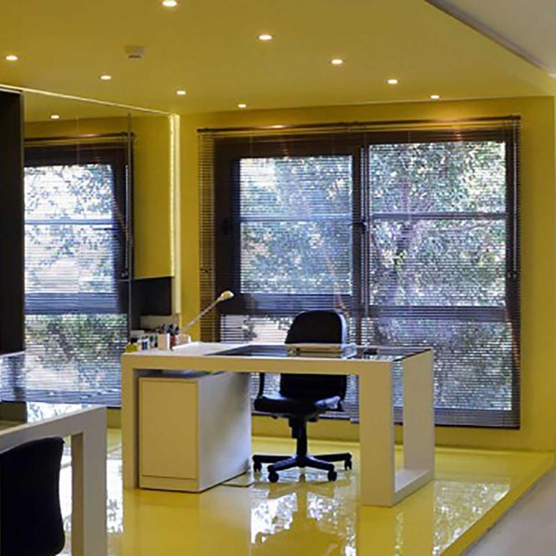 یک دفتر، یک پنجره